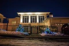 Éclairage décoratif du cottage à l'hiver image stock