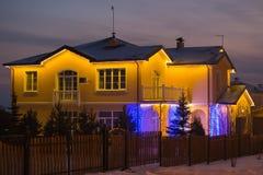 Éclairage décoratif du cottage à l'hiver photo libre de droits