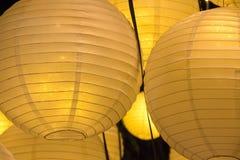 Éclairage d'événement de coton et de papier la nuit dans des boules de grillage avec Image stock