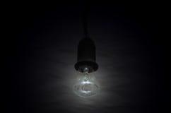 Éclairage de lampe sur milieux noirs Photo stock