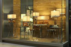 Éclairage de luxe de bureau dans la fenêtre de boutique Photos stock