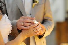 Éclairage de mariée et de marié vers le haut d'une bougie Image libre de droits