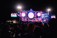 Éclairage Defocused de concert de divertissement sur l'étape, disco brouillée photo libre de droits