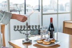 Éclairage des bougies pour des vacances de Hanoucca Images stock