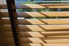 Éclairage en bois de contrôle de rideau en Brown à la fenêtre image libre de droits