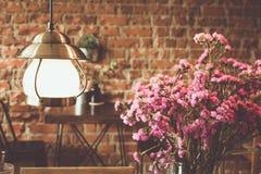 Éclairage et fleur de vintage dans le café Images libres de droits