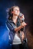 Éclairage et regain d'étape avec le jeune chanteur images stock