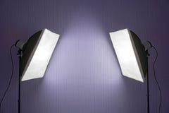 Éclairage photographique - deux lumières de studio avec les boîtes molles sur des trépieds photo stock