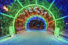 Éclairage routier de nouvelle année de Noël pendant la nuit Moscou Photographie stock libre de droits