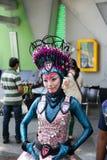 Éclat créatif de jeune fille avec des couleurs vertes bleues images libres de droits