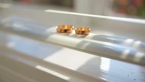 Éclat d'anneaux de mariage dans la lumière clips vidéos
