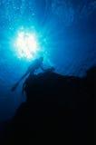Éclat de Sun et plongeurs autonomes Images stock