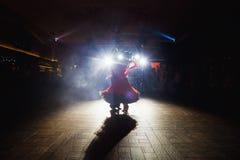 Éclat léger bleu au-dessus de la danse de couples de mariage dans l'obscurité Photos stock