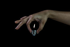 éclat léger quand femme tenant l'ampoule sans verre photographie stock libre de droits