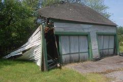 Éclatement abandonné d'effondrement de garage de deux voitures Photographie stock libre de droits