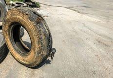 Éclatez le pneu sale du garage sur la route Réparation de pièce de voiture, pièce de rechange, concept de prévention des accident image libre de droits