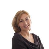 Éclatez le portrait dans un moitié-tour d'une femme d'une cinquantaine d'années de sourire de t photo stock