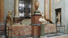 Éclatez pape Pius VII et deux paons en bronze dans les musées de Vatican, Braccio Nuovo banque de vidéos