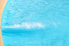 Éclats de l'eau bleue claire dans la piscine photographie stock libre de droits