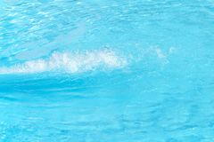 Éclats de l'eau bleue claire dans la piscine images stock
