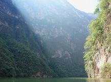 Éclats de lumière du soleil par le canyon de Sumidero dans l'état de Chiapas images libres de droits