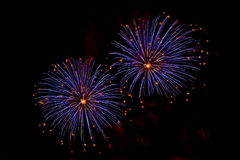 Éclats des feux d'artifice bleus et oranges Photos stock
