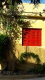 Éclats et mur de rouge photo stock