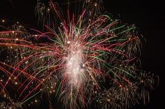 Éclats multicolores des feux d'artifice image stock