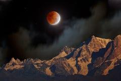Éclipse lunaire au-dessus des montagnes de l'Himalaya images libres de droits