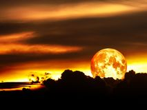 éclipse lunaire de lune de sang dans le ciel nocturne Photos stock