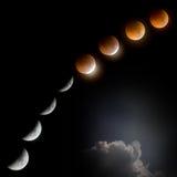 Éclipse lunaire totale la nuit foncé avec le nuage Photographie stock