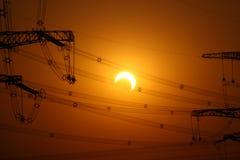 Éclipse partielle sur à haute tension Photo stock