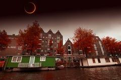 Éclipse solaire au-dessus de la ville Amsterdam Éléments de ce fu d'image Image stock
