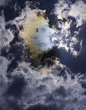 Éclipse solaire partielle avec des couleurs d'arc-en-ciel Images stock