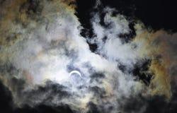 Éclipse solaire partielle avec des couleurs d'arc-en-ciel Image libre de droits
