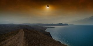 Éclipse solaire totale en ciel rouge foncé au-dessus de mer et de montagnes images stock