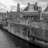 Écluse et bâtiments au centre de Lemmer dans une photo noire et blanche en Frise, photographie stock libre de droits