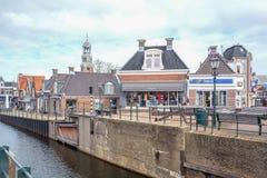 ?cluse et b?timents au centre de Lemmer dedans en Frise, Pays-Bas photo stock