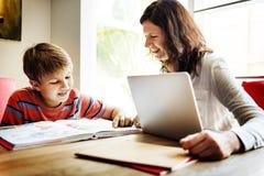 École à la maison apprenant le concept de lecture de devoirs Photographie stock