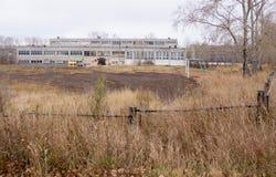 École dans la petite ville sibérienne Photographie stock libre de droits