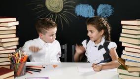 école de copyspace de concept de livres noirs de fond Les enfants mignons apprécient des ssuccess se reposant à un bureau avec de banque de vidéos