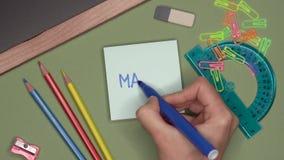 école de copyspace de concept de livres noirs de fond MATHS d'écriture de la main de la femme sur le bloc-notes banque de vidéos