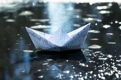École du ` s d'enfants le peu de bateau de papier du commutateur cellulaire de carnets Photo libre de droits