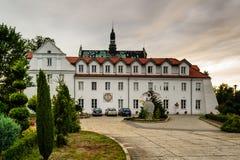 École et monastère de musique ainsi que l'église dans Lutomiersk, Pologne images stock