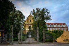 École et monastère de musique ainsi que l'église dans Lutomiersk, Pologne photographie stock libre de droits