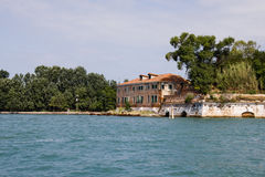 École italienne située à côté de la mer Photographie stock libre de droits