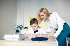école les enfants apprennent à l'école étudiants de formation image stock