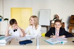 école les enfants apprennent à l'école étudiants de formation images stock