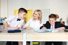 école les enfants apprennent à l'école étudiants de formation photo stock