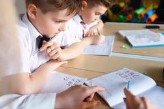 école les enfants apprennent à l'école étudiants de formation photos libres de droits